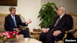 존 케리 미국 국무장관이 3일 이집트 카이로에서 아들리 만수르 임시 대통령과 회담하고 있다.