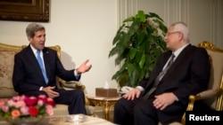 အေမရိကန္ႏုိင္ငံျခားေရးဝန္ႀကီး John Kerry- အီဂ်စ္ၾကားျဖတ္ အစိုးရသမၼတ Adli Mansour ႏွင့္ ကိုင္႐ိုၿမိဳ႕မွာ ေတြ႔ဆံုစဥ္။ (ႏိုဝင္ဘာ ၃၊ ၂၀၁၃)