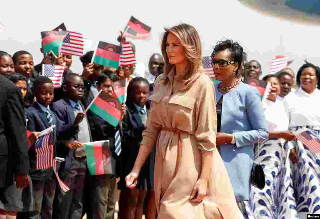Melania Trump yasanganiwe n'abana agishika muri Malawi