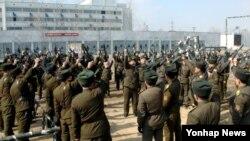 조선인민내무군 강철규소속부대의 부대원들이 전투훈련장에서 훈련하는 모습을 지난달 26일 조선중앙통신이 보도했다.