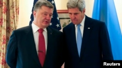 美国国务卿克里(右)与乌克兰总统波罗申科在慕尼黑安全会议上交谈。(2016年2月13日)