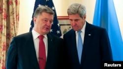 Menlu AS, John Kerry (kanan) bertemu Presiden Ukrainia Petro Poroshenko di Munich, Jerman, 13 Februari 2016.