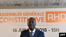 Le président ivoirien Ouattara et le nouveau président du RHDP prent la parole, à Abidjan, le 16 juillet 2018.