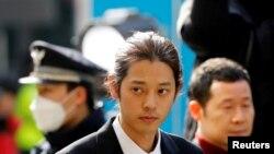 Tư liệu - Ca nhạc sĩ Hàn Quốc Jung Joon-young đến để nhà chức trách thẩm vấn về cáo buộc ghi hình và chia sẻ bất hợp pháp video quan hệ tình dục với phụ nữ, tại Sở Cảnh sát Đô thành Seoul, Hàn Quốc, ngày 14 tháng 3, 2019.