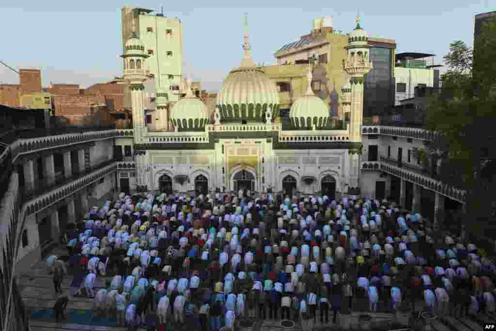 بھارتی پنجاب کے شہر امرتسر کی جامع مسجد خیر الدین میں نمازِ عید ادا کی جارہی ہے۔