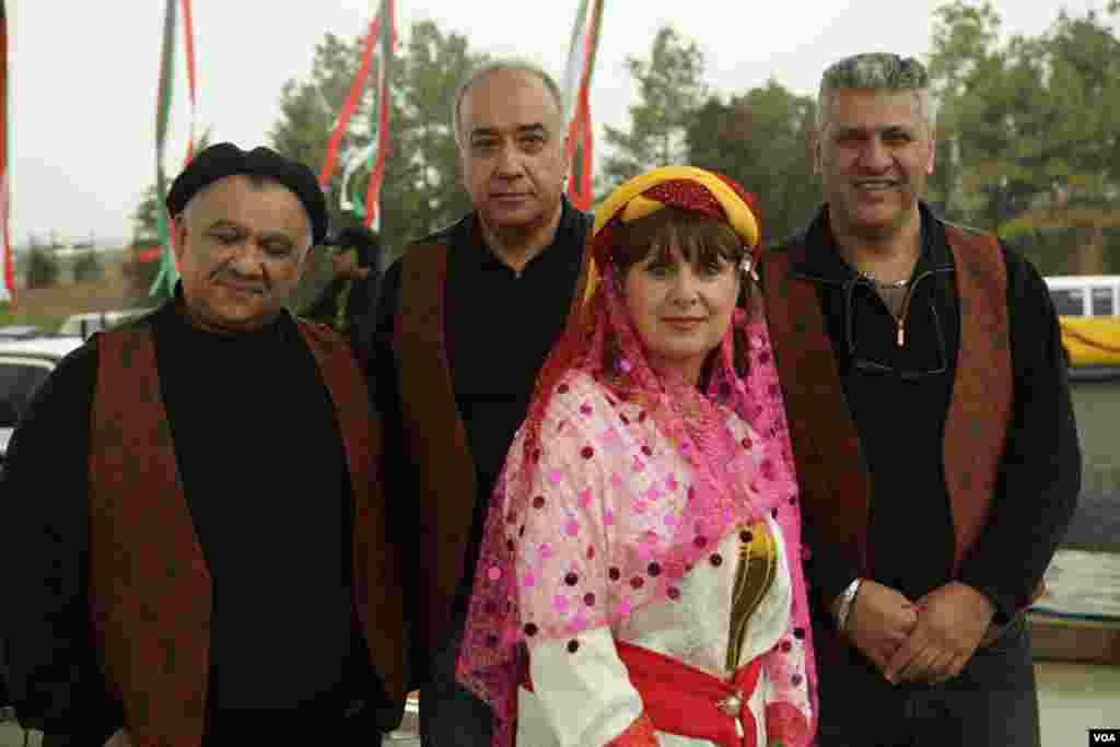 گروه موسيقی ايرانی با نواختن آهنگ های شاد مردم را سرگرم کردند.