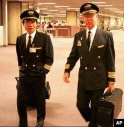 ນັກບິນຊາວຕາເວັນຕົກຜູ້ນຶ່ງຍ່າງຄຽງຂ້າງກັບນັກບິນ ຄົນເອເຊຍຜູ້ນຶ່ງ ເວລາເດີນຜ່ານອາຄານເດີ່ນບິນ ສາກົນ Changi ໃນສິງກະໂປ ໃນ 1996 ເພື່ອຈະ ໄປຂັບຍົນຂອງສາຍການບິນເອເຊຍສາຍນຶ່ງຮ່ວມກັນ ຊຶ່ງສະແດງໃຫ້ເຫັນເຖິງສະພາບການຂາດນັກບິນ ທີ່ຊຳນານງານຢູ່ໃນຂົງເຂດນັ້ນໃນເອເຊຍໃນທົດສະ ວັກຜ່ານມາ