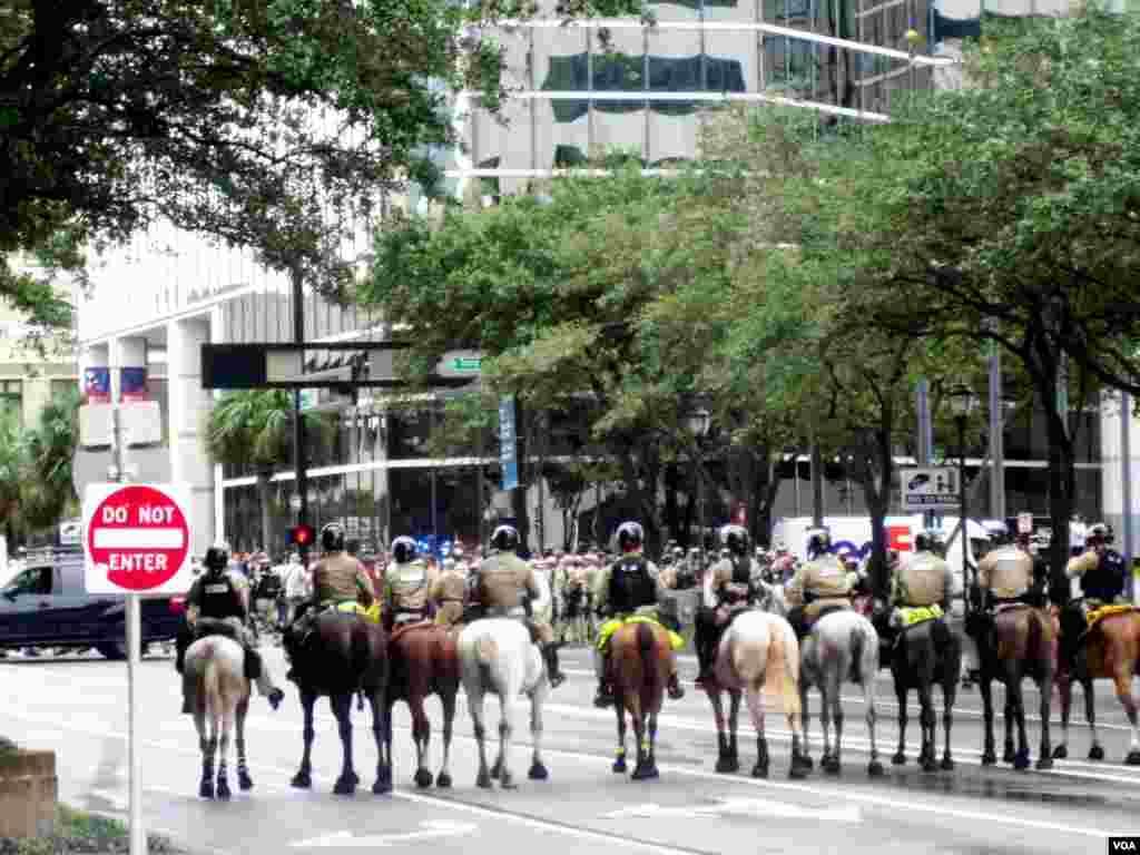 Petugas keamanan mengamankan berlangsungnya demonstrasi di dekat arena Konvensi Nasional Partai Republik, Tampa, Florida, Senin (Eva Mazrieva/VOA).