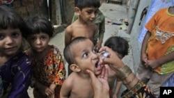 Petugas Kesehatan Pakistan memberikan vaksinasi polio untuk anak-anak di Lahore, Pakistan (Foto: dok). Militan melarang para petugas kesehatan untuk memberikan vaksinasi polio di wilayah Pakistan barat laut.