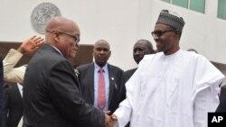 Jacob Zuma est accueilli par Muhammadu Buhari à Abuja, Nigeria, le 8 mars 2016. (AP Photo)