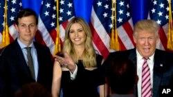 도널드 트럼프 미국 대통령 당선인(오른쪽 부터)이 딸 이반카 트럼프, 사위 재러드 쿠슈너와 함께 지난해 6월 뉴욕에서 열린 대선유세 행사에 참석했다. 트럼프 당선인은 사위 쿠슈너를 백악관 선임고문에 임명했다.