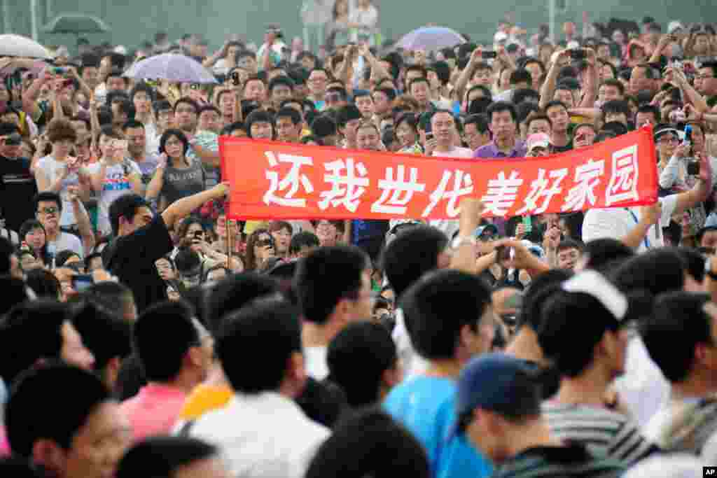 Residents demand the closure of a petrochemical plant in Dalian on August 14, 2011. (Reuters)