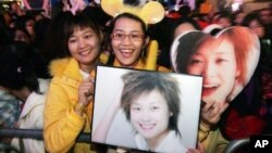 Para penggemar penyanyi China, Li Yu-chun, pemenang kontes bakat televisi Super Girl's Voice 2005, dalam sebuah acara di Hong Kong. (Foto: Dok)