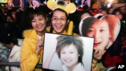 Fans of Chinese singer Li Yu-chun, Super Girl's Voice 2005 winner, show their support during an event in Hong Kong, Dec. 24, 2005, file photo.