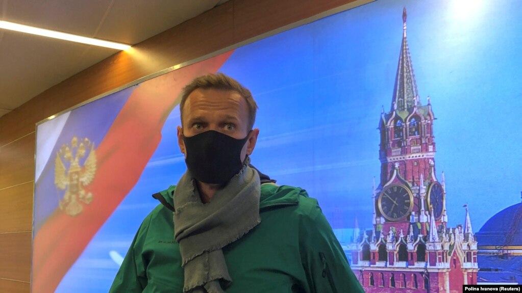 Ông Alexei Navalny trả lời báo chí sau khi tới sân bay Sheremetyevo ở Moscow hôm 17/1.