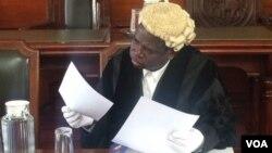 Umabhalani wedolobho lako Bulawayo uMnu. Christopher Dube.