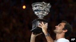 Roger Federer mengangkat Piala Australia Terbuka setelah menjuarai laga tunggal putra, di Melbourne, Australia, 28 Januari 2018.