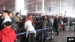 北京首都机场内旅客排起长队改签航班