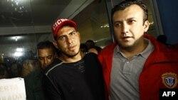 Wilson Ramos (trái), cầu thủ của đội bóng chày Washington Nationals, tại đồn cảnh sát ở Valencia, Venezuela, ngày 12 tháng 11, 2011