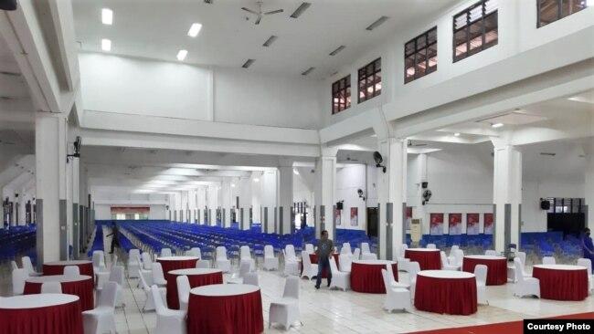 Kampus IPDN mengatur jarak duduk antara peserta di Mensa Nusantara, aula makan kampus di mana ribuan praja makan 3 kali sehari. (Courtesy: Baharuddin Pabba/IPDN)