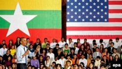 美国总统奥巴马在仰光大学与缅甸青年和少数族群交谈。(2014年11月14日)