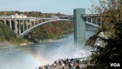 نیاگرا پر امریکہ اور کینیڈا کو ملانے والا رین بو برج