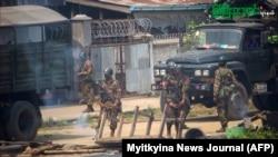 ကခ်င္ျပည္နယ္ ျမစ္ၾကီးနားၿမိဳ႕မွာ ေတြ႔ရတဲ့ ျမန္မာစစ္တပ္တပ္ဖဲြ႔ဝင္မ်ား။ (ဓာတ္ပံု - MYITKYINA NEWS JOURNAL via AFPTV - မတ္ ၂၇၊ ၂၀၂၁)