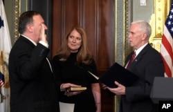 在白宫园区的艾森豪威尔行政大楼里,美国中央情报局局长迈克·蓬佩奥在彭斯副总统主持下宣誓就职,她的夫人手持圣经(2017年1月23日)
