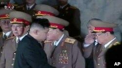 김정은에게 거수경례하는 군간부들 (자료사진)