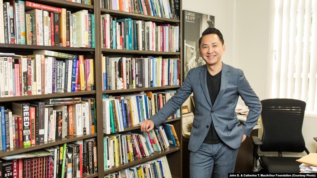 Nhà văn Nguyễn Thanh Việt trong phòng làm việc của anh tại Đại học Nam California, Los Angeles, California, ngày 23 tháng 9, 2017 (Hình: John D. & Catherine T. MacArthur Foundation)