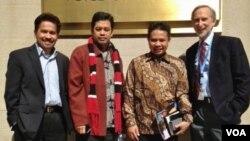 Iswandi Syahputra (kedua dari kanan) saat berkunjung ke kantor VOA di Washington DC bulan Maret 2013 (foto: dok).