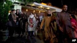 Anggota keluarga dan kerabat penyanyi dan pendakwah Pakistan, Junaid Jamshed, berkumpul di rumahnya di Karachi, setelah mendengar kecelakaan pesawat yang membawa Jamshed dan istrinya, Rabu (7/12).