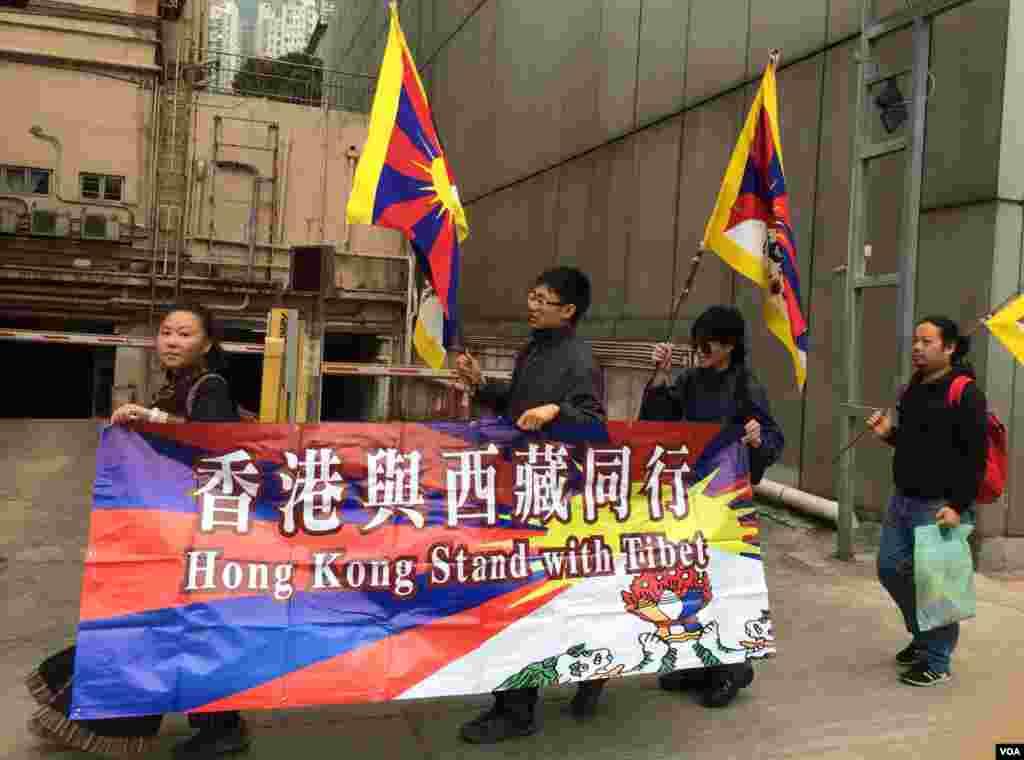 數名香港與西藏同行成員身穿黑衣,由中聯辦遊行到銅鑼灣,以示支持藏人爭取自治