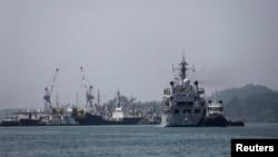 17일 인도 안다만섬 해군 기지에 말레이시아 실종 여객기 수색에 투입될 해군 함정들이 도착했다.
