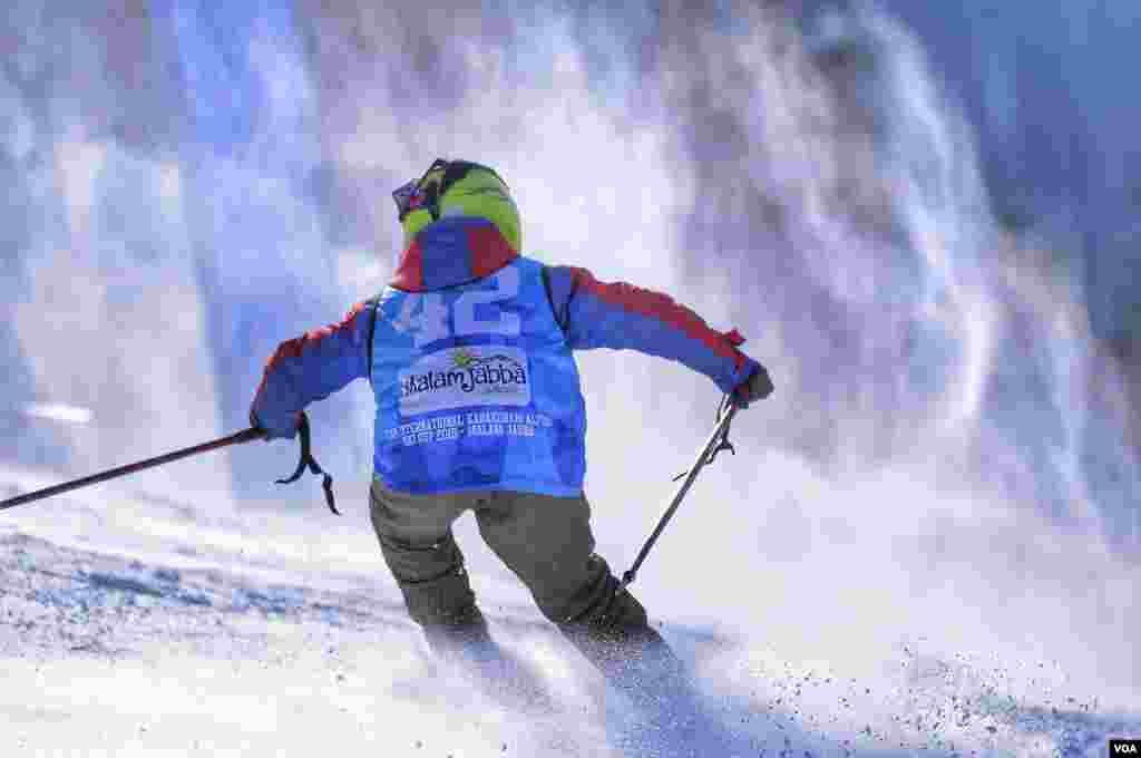 اسپورٹس فیسٹیول میں اسکیئنگ کے ساتھ ساتھ دیگر کھیلوں کے مقابلے بھی شامل ہیں۔