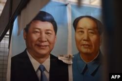 北京一個市場上的中國國家主席習近平像和毛澤東像(2017年9月19日)