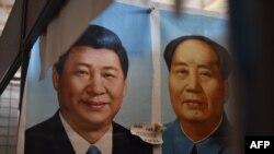 北京一个市场上的中国国家主席习近平像和毛泽东像(2017年9月19日)