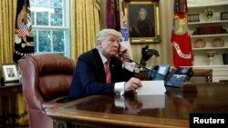 ABŞ prezidenti Donald Tramp Oval ofisdə telefonla söhbət edir. 27 iyun 2017.