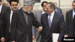 Hamid Karzaï (à g.) s'entretient avec Leon Panetta à Kaboul (15 mars 2012)