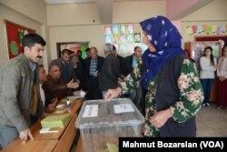 터키 남동부 티그리스 강에 면한 디야르바키르 주민들이 16일 개헌 국민투표에서 한표를 행사하고 있다.