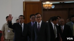 Hun Sen and Sam Rainsy meet for the first time after election on Sept 14, 2013. (Photo by Heng Reaksmey VOA Khmer)