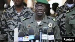 Le chef de l'ex-junte Amadou Sanogo tient une conférence de presse, le 15 août 2012.