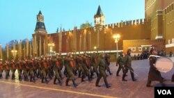 去年5月莫斯科红场阅兵彩排,俄军士兵身着二战苏联红军军装入场。