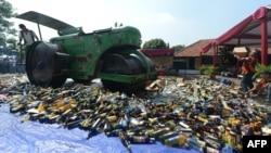 Sebuah mesin menghancurkan botol-botol minuman beralkohol dan DVD porno dan bajakan. (Foto: Dok)