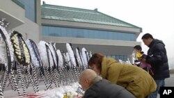 김정일 위원장을 조문하는 평양의 외국인들