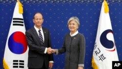 Trợ lý Ngoại trưởng Hoa Kỳ phụ trách khu vực Đông Á và Thái Bình Dương David Stilwell và Ngoại trưởng Hàn Quốc Kang Kyung-wha, tại Seoul, Hàn Quốc, ngày 17/7/2019.