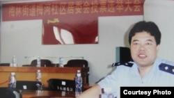 穿警服的王登朝。 (中國人權圖片)