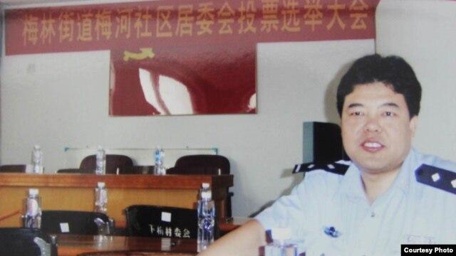 穿警服的王登朝。(中国人权图片)