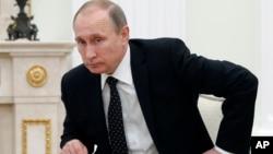 Putin, xususan, Turkiyada ishlangan ayrim mahsulotlar importini taqiqlab, Rossiyada ishlayotgan turk bizneslari faoliyatini chekladi.