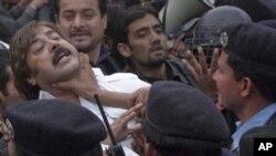 اسلام آباد میں تحریک انصاف کے کارکن لاہور میں تین پاکستانیوں کی ہلاکت کے خلاف مظاہرہ کررہے ہیں۔